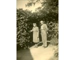 Michalina i Teodor Deutschman w ogrodzie przed domem (Kalisz)